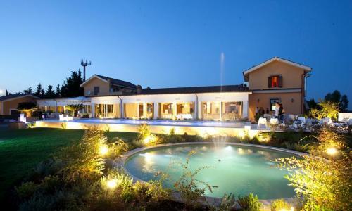 Foto che racchiude la bellezza della location del Casale Realmonte.