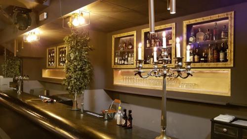 Il bancone del Bar del Cluster Club è memorabile. Ottimi cocktail preparati amabilmente dai nostri barman ti aspettano.
