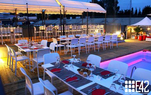 Serata in riva Piscina dell'E42. La location adatta per momenti romantici e intimi.