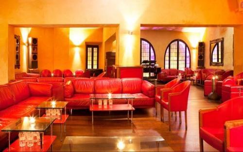 Gli arredamenti eleganti e raffinati della Cabala, discoteca in zona centro, Roma.
