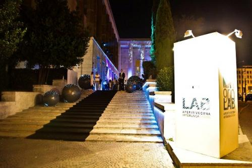 La scalinata delle star del 900 Lab di Roma.
