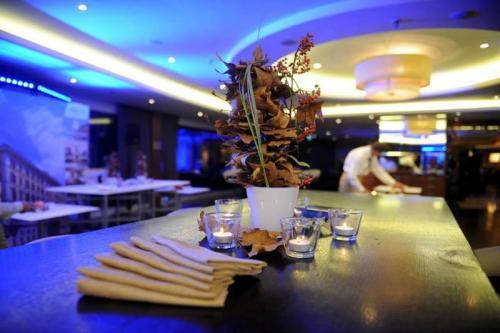 Ogni sabato lo Sheraton Hotel trasforma la sala principale in una discoteca esclusiva