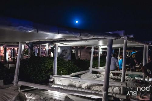 Lo Shilling è un locale di Ostia che affaccia direttamente sul mare. Ecco i lettini della Discoteca.