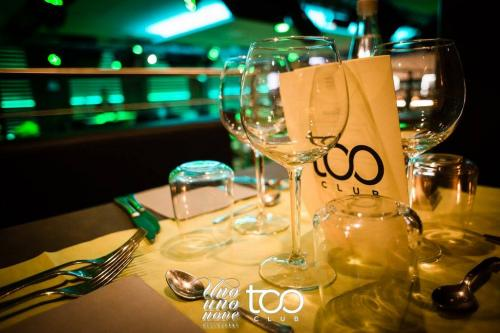 Il ristorante Too Club si prepara per la cena. Un posto unico dove trascorrere i momenti più belli.