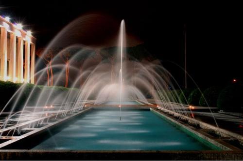 Salone delle fontane è uno spettacolo con le sue cascate d'acqua.