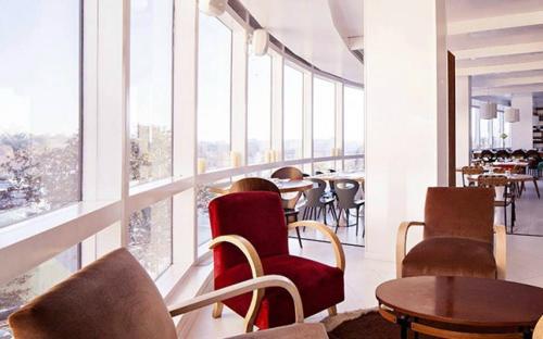 Il pasticcio, sala interna con ampia vetrata.